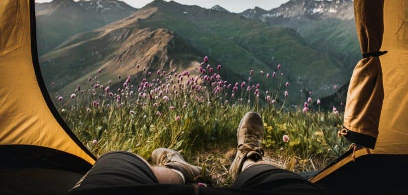 uitzicht vanuit een tent naar de bergen op een camping matras