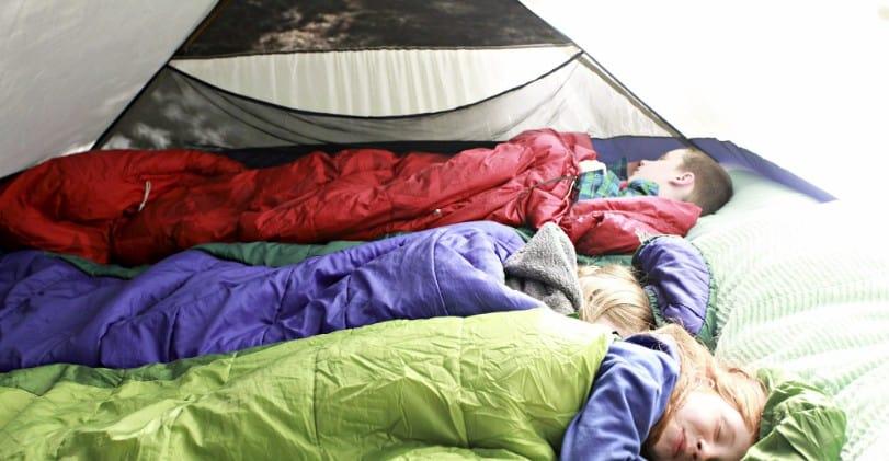 de beste camping matrassen van decathlon - kinderen slapend in een tent