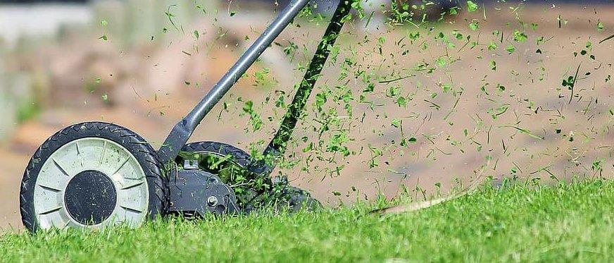 handgrasmaaier waar de stukken gras tijdens grasmaaien van af springen